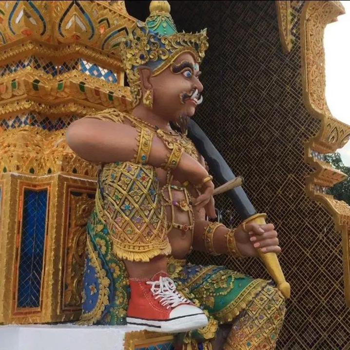 清迈塔凯寺|穿匡威帆布鞋的佛像,哆啦A梦的壁画