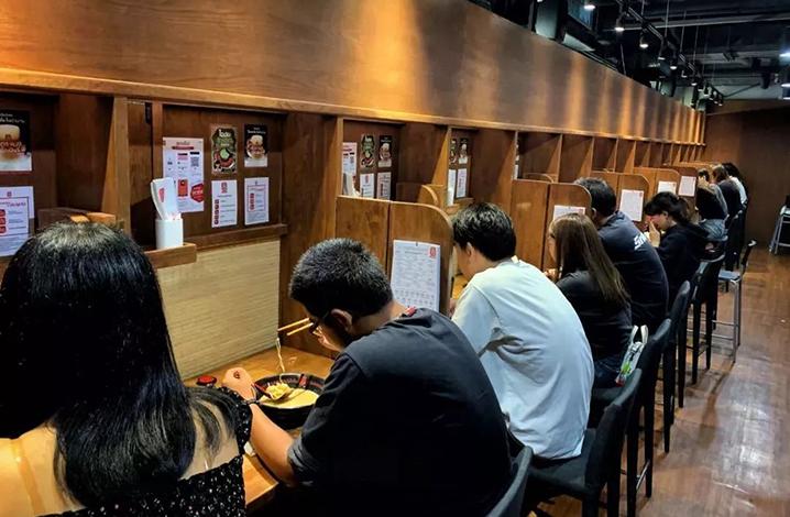 曼谷24小时营业不打烊的日本拉面馆,到了深夜还在等位