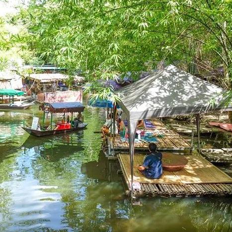 """藏在森林里的水上市场,还能坐在河边做""""鱼疗"""""""