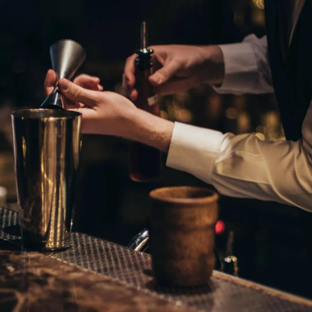 """这间被评为""""泰国第一""""的酒吧竟然需要穿正装才能进?"""